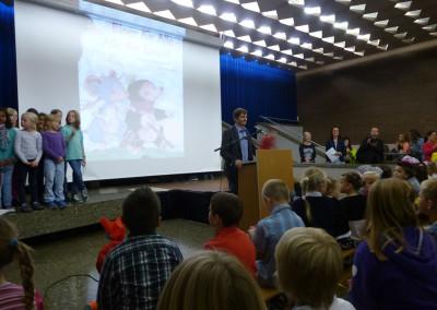 Der Schulleiter Herr Brunnhuber begrüßt die Erstklässler an der KKS