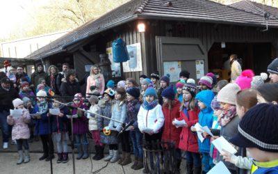 Der Grundschulchor der KKS bereichert den Wasseralfinger Weihnachtsmarkt
